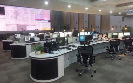 工业中控室操作台图片